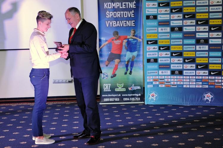 Mária Mikolajová preberá ocenenie.