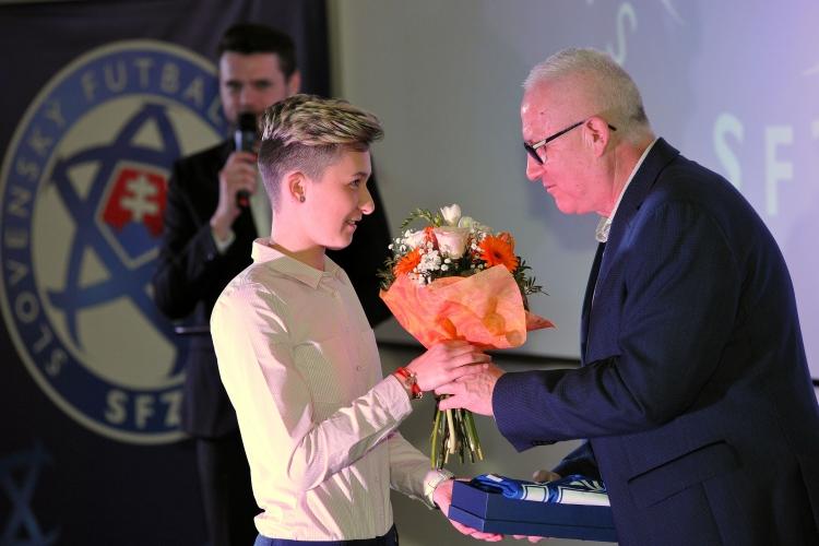 Mária Mikolajová preberá cenu od Juraja Jánošíka, viceprezidenta SFZ.