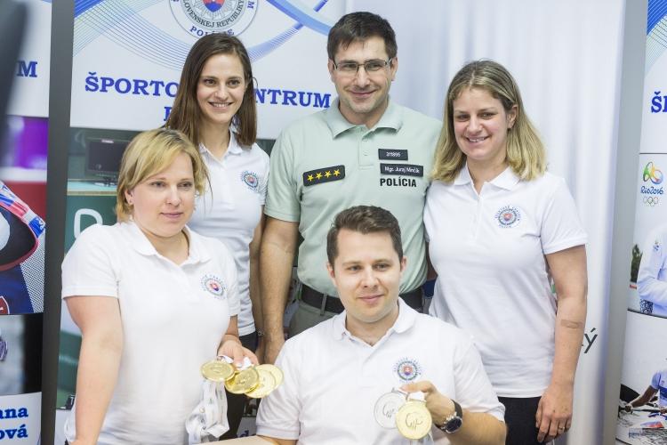 Juraj Minčík s medailistami (SITA)